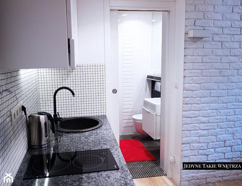 Mini kawalerka - Mała zamknięta biała kuchnia jednorzędowa, styl nowoczesny - zdjęcie od JedyneTakieWnętrza