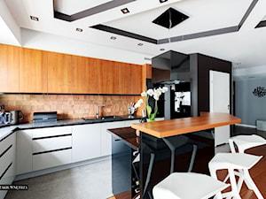 Nowoczesny apartament Kraków - Średnia otwarta czarna kuchnia w kształcie litery l w aneksie z wyspą, styl nowoczesny - zdjęcie od JedyneTakieWnętrza