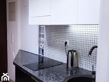 Aranżacje wnętrz - Kuchnia: Mini kawalerka - Mała zamknięta biała czarna kuchnia jednorzędowa, styl nowoczesny - JedyneTakieWnętrza. Przeglądaj, dodawaj i zapisuj najlepsze zdjęcia, pomysły i inspiracje designerskie. W bazie mamy już prawie milion fotografii!