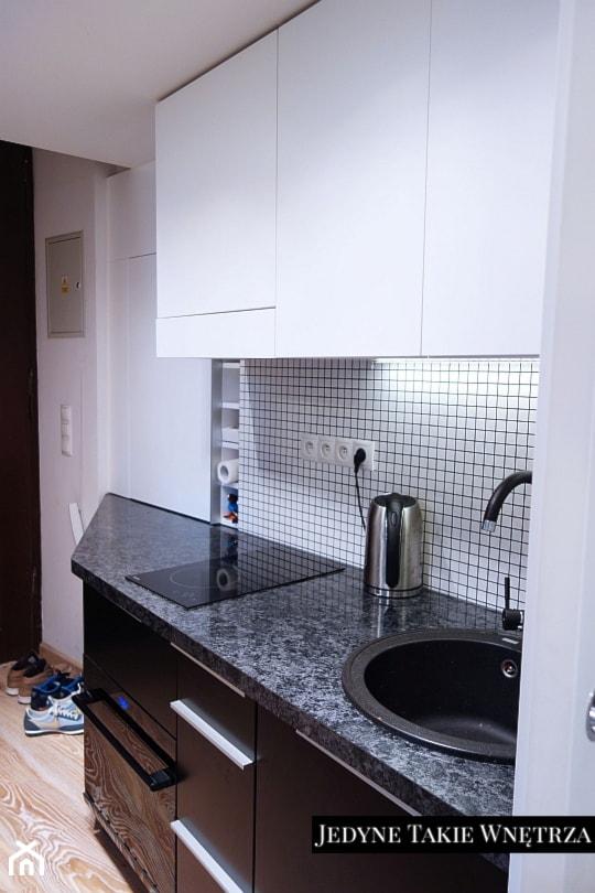 Mini kawalerka - Mała zamknięta biała czarna kuchnia jednorzędowa, styl nowoczesny - zdjęcie od JedyneTakieWnętrza