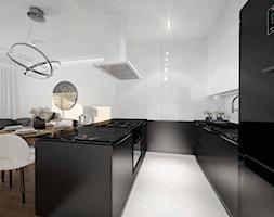 Czarno-biała elegancja Gdańsk - Średnia otwarta biała kuchnia dwurzędowa w aneksie z oknem, styl nowoczesny - zdjęcie od JedyneTakieWnętrza