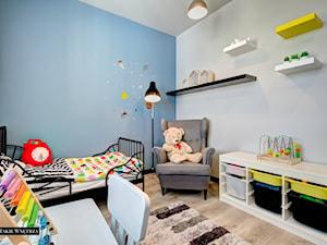 Industrialnie i nowocześnie Gdynia - Mały biały niebieski pokój dziecka dla chłopca dla dziewczynki dla malucha, styl minimalistyczny - zdjęcie od JedyneTakieWnętrza