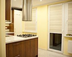 Kuchnia - Apartament VII - Średnia otwarta żółta kuchnia w kształcie litery u w aneksie z wyspą, styl nowoczesny - zdjęcie od Meble Ideal