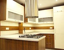 Kuchnia - Apartament VII - Średnia otwarta żółta kuchnia w kształcie litery u z oknem, styl nowoczesny - zdjęcie od Meble Ideal