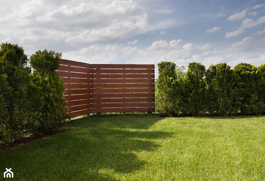 Kompletna realizacja - modrzewiowy taras wraz z ogrodzeniem, domkiem gospodarczym oraz wiatą garażową - Jaworzno - zdjęcie od Bednarski - Usługi Ogólnobudowlane