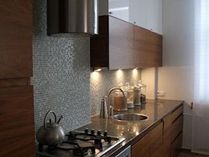 mieszkanie - Mała otwarta zamknięta wąska szara kuchnia jednorzędowa w aneksie, styl nowoczesny - zdjęcie od MiiaStudio