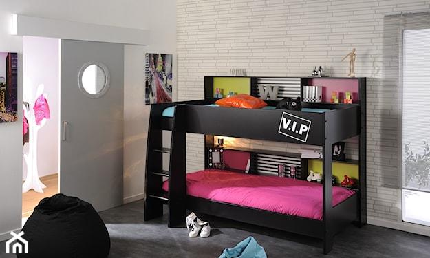 czarne łóżko piętrowe, różowa pościel, ceglana ściana w pokoju dziecka