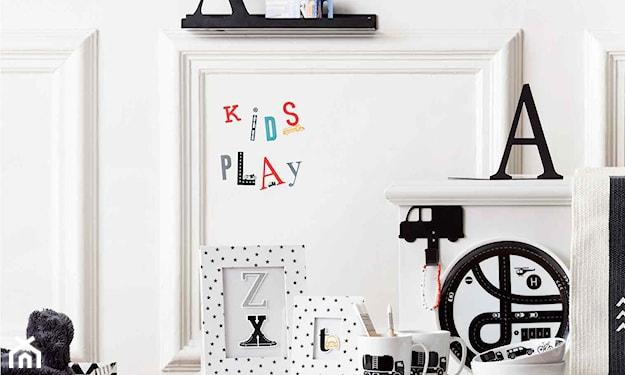 białe ściany, czarne dekoracje w pokoju dziecka