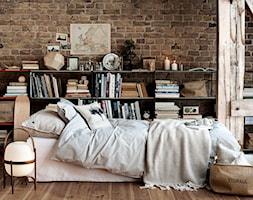 Autumn 2014 - Średnia czerwona sypialnia na poddaszu, styl skandynawski - zdjęcie od H&M Home