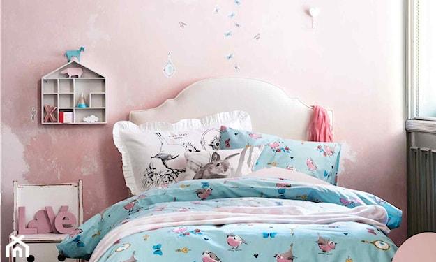 różowa ściana, biały wysoki zagłówek, niebieska pościel, pokój dziewczynki