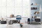 metalowy regał na kółkach, niebieskie krzesło, białe biurko