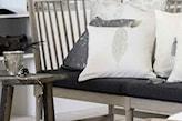 ławka z szarego drewna, białe poduszki, szara poduszki, drewniany stolik