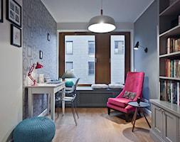 Apartament Wille Parkowa 2 - Średnie szare białe biuro kącik do pracy w pokoju - zdjęcie od Superpozycja Architekci Dominika Trzcińska