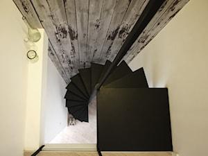 Metamorfoza wnętrz poddasza - Małe wąskie schody kręcone metalowe, styl skandynawski - zdjęcie od Superpozycja Architekci Dominika Trzcińska