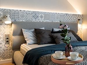Dom w Tychach - Mała biała szara sypialnia małżeńska na poddaszu - zdjęcie od Superpozycja Architekci Dominika Trzcińska