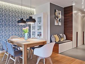 Apartament Wille Parkowa 2 - Średnia otwarta biała niebieska szara jadalnia w salonie - zdjęcie od Superpozycja Architekci Dominika Trzcińska