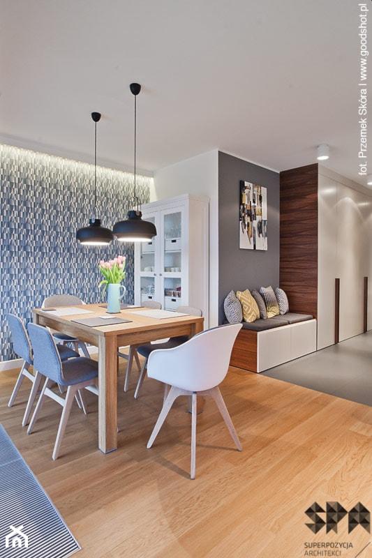 Aranżacje wnętrz - Jadalnia: Apartament Wille Parkowa 2 - Średnia otwarta biała niebieska szara jadalnia w salonie - Superpozycja Architekci Dominika Trzcińska. Przeglądaj, dodawaj i zapisuj najlepsze zdjęcia, pomysły i inspiracje designerskie. W bazie mamy już prawie milion fotografii!