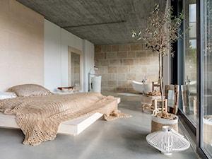 Dom w Zalesiu - Średnia beżowa biała sypialnia małżeńska z łazienką - zdjęcie od BAUART STUDIO Pracownia Architektury