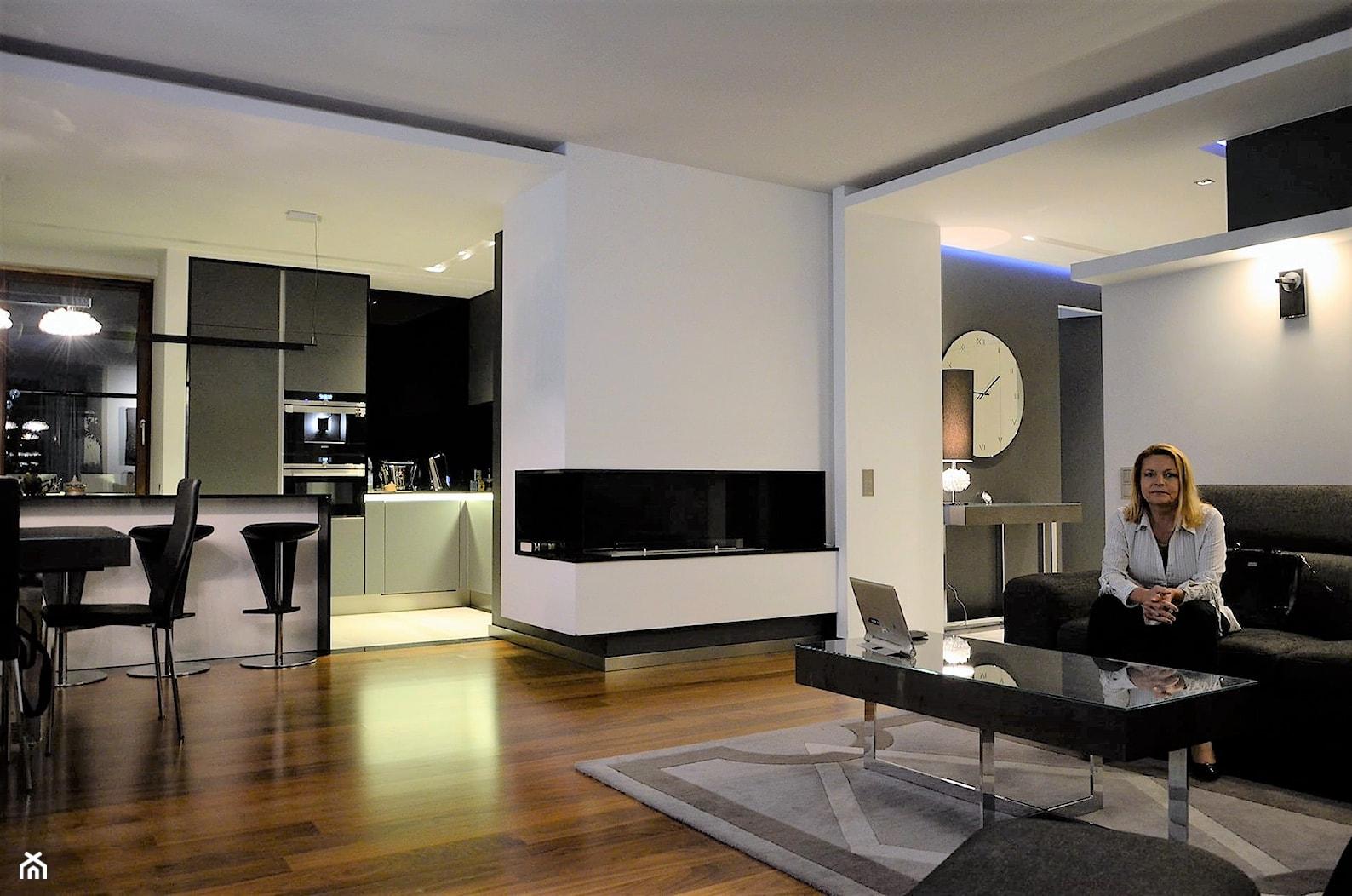Penthouse Wilanów - Duży szary biały salon z kuchnią z jadalnią - zdjęcie od BAUART STUDIO Pracownia Architektury - Homebook