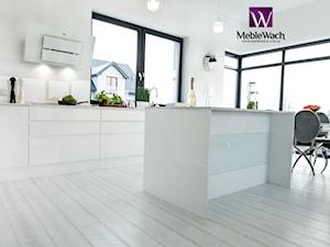 Nowoczesna i elegancka kuchnia w otoczeniu bieli - Meble Wach - producent mebli kuchennych - zdjęcie od Meble Wach - KUCHNIE - SZAFY I GARDEROBY - ŁAZIENKI - Meble na zamówienie