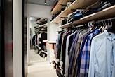 wąska garderoba, drewniana podłoga, lustro na ścianie