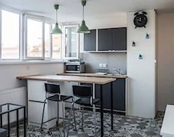 MIKRO-APARTAMENT - Średnia otwarta biała kuchnia dwurzędowa w aneksie z oknem, styl skandynawski - zdjęcie od Dobrochna Rajcic