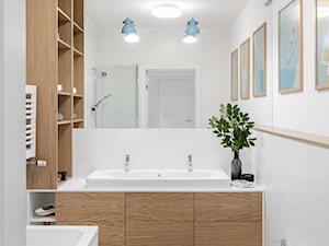 Mokotów - realizacja - 105m.² - Mała biała łazienka w bloku w domu jednorodzinnym bez okna, styl skandynawski - zdjęcie od Studio Monocco