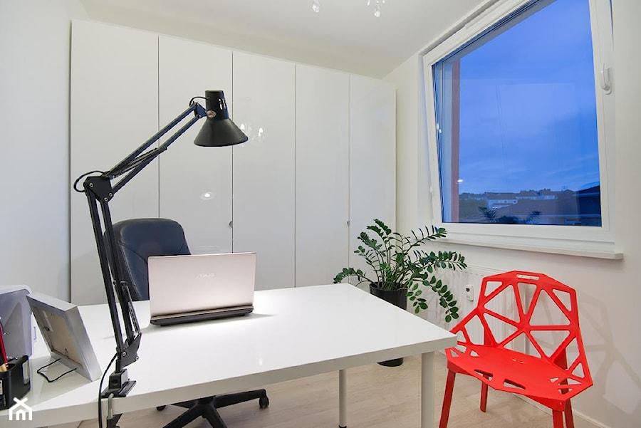 Aranżacje wnętrz - Biuro: Nowoczesne mieszkanie w Gdańsku - Małe białe biuro domowe, styl nowoczesny - INDEZZO. Przeglądaj, dodawaj i zapisuj najlepsze zdjęcia, pomysły i inspiracje designerskie. W bazie mamy już prawie milion fotografii!