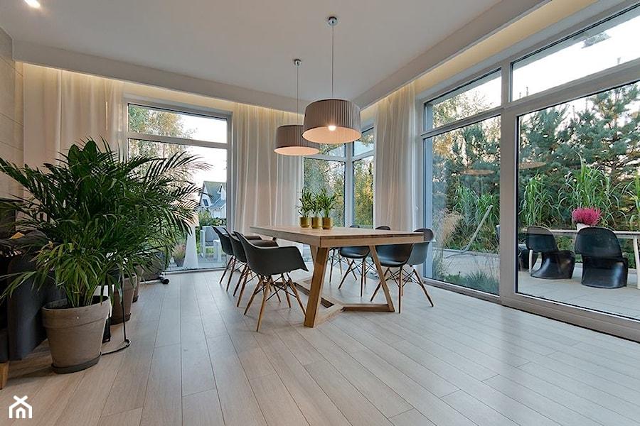 Dom na skraju parku krajobrazowego - Duża otwarta biała jadalnia w salonie, styl nowoczesny - zdjęcie od INDEZZO