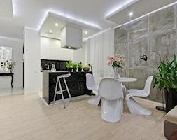 Nowoczesne mieszkanie w Gdańsku - Mała otwarta szara jadalnia w salonie, styl nowoczesny - zdjęcie od INDEZZO