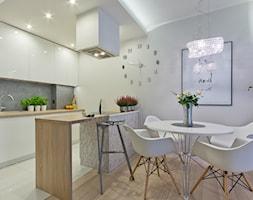 Mieszkanie w Gdańsku - Mała otwarta szara kuchnia dwurzędowa w aneksie, styl nowoczesny - zdjęcie od INDEZZO