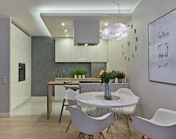 Mieszkanie w Gdańsku - Średnia otwarta szara kuchnia dwurzędowa w aneksie, styl nowoczesny - zdjęcie od INDEZZO