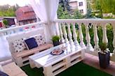 ławka z palet na balkonie