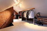 ceglana podłoga, garderoba na poddaszu