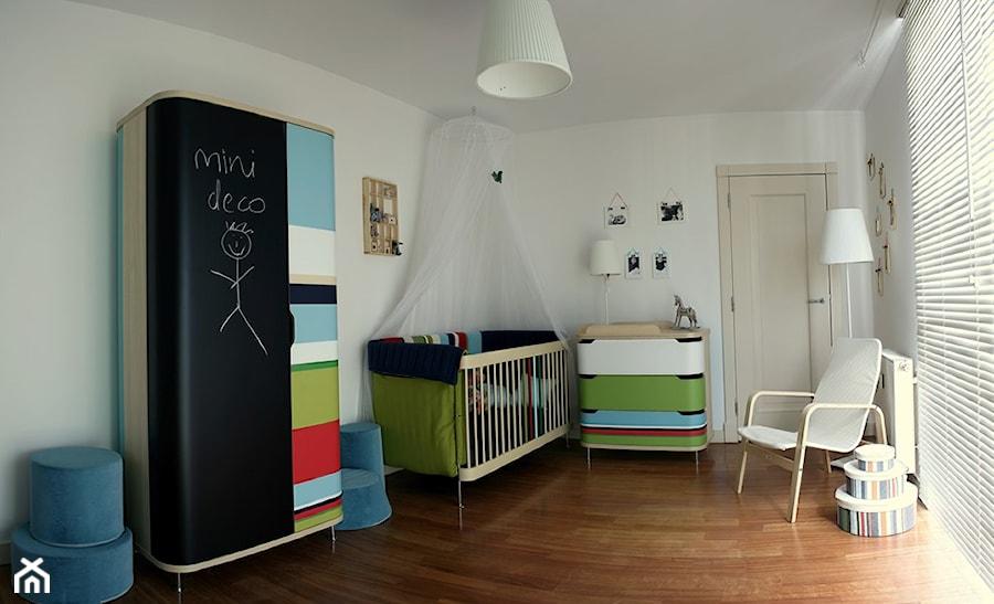 Aranżacje wnętrz - Pokój dziecka: pokój dla niemowlaka - projekt zrealizowany dla programu TV MiniDeco - bemydesign. Przeglądaj, dodawaj i zapisuj najlepsze zdjęcia, pomysły i inspiracje designerskie. W bazie mamy już prawie milion fotografii!