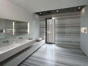 Duży dom pod Warszawą - Duża biała kolorowa łazienka na poddaszu w bloku w domu jednorodzinnym z oknem, styl minimalistyczny - zdjęcie od EXITDESIGN