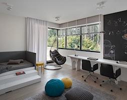 Duży dom pod Warszawą - Średni szary czarny pokój dziecka dla chłopca dla dziewczynki dla rodzeństwa dla ucznia dla nastolatka, styl minimalistyczny - zdjęcie od EXITDESIGN