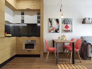 KAWALERKA PANA MARCINA - Mała otwarta biała czarna kuchnia w kształcie litery l w aneksie, styl industrialny - zdjęcie od Izabela Widomska Wnętrza