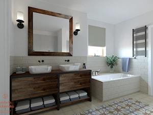 DOM W STYLU HAMPTON - Średnia biała szara łazienka w bloku w domu jednorodzinnym z oknem, styl rustykalny - zdjęcie od Izabela Widomska Wnętrza