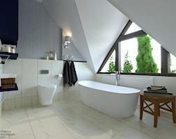 ŁAZIENKA NA PODDASZU Z WANNĄ WOLNOSTOJĄCĄ - Duża biała beżowa łazienka na poddaszu w domu jednorodzinnym z oknem, styl włoski - zdjęcie od Izabela Widomska Wnętrza