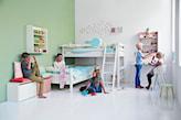 zielona ściana, biała ściana, białe łóżko piętrowe, biała podłoga