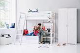 łóżko na antresoli, biała szafa, biurko pod antresolą