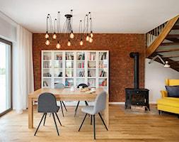 jadalnia z biblioteką i kominkiem - zdjęcie od Monika Staniec Interior Design