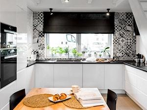 Kuchnia pod antresolą - zdjęcie od Monika Staniec Interior Design