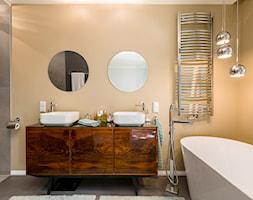 Salon kąpielowy z wanną i starą komodą - zdjęcie od Monika Staniec Interior Design