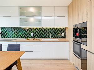 Kuchnia z wysoką zabudową - zdjęcie od Monika Staniec Interior Design