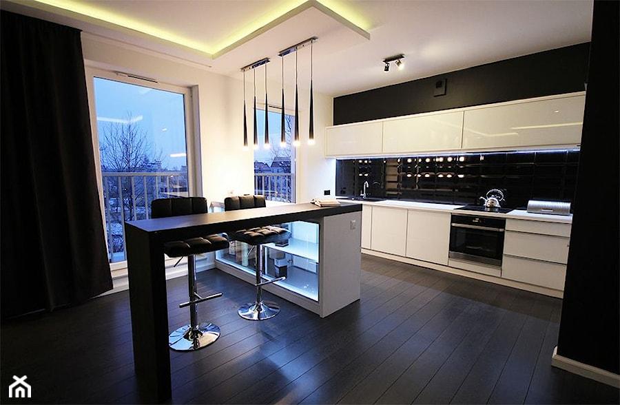biało  czarna kuchnia z barkiem  zdjęcie od Linda Al Joboury -> Kuchnia Bialo Czarna Z Oknem