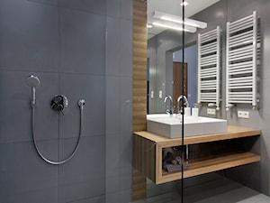 KĄPIEL POD MOLO-ŁAZIENKA WARSZAWA - Średnia szara łazienka w bloku bez okna, styl nowoczesny - zdjęcie od THE VIBE