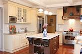 białe meble kuchenne, drewniana podłoga, biały blat kuchenny