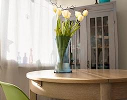 Moje mieszkanie po całkowitym remoncie, w wieżowcu z lat 70tych. - Średnia otwarta beżowa jadalnia w salonie, styl skandynawski - zdjęcie od Katarzyna Łagowska